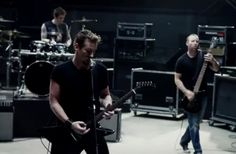 VIDEO : Nickelback – This Means War