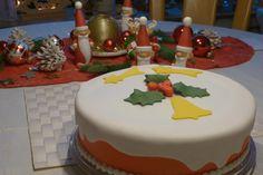 Eine Weihnachtstorte mit Sternen und Glocke Pasta, Cake, Desserts, Sponge Cake, Merry Little Christmas, Fondant Cakes, Tailgate Desserts, Deserts, Kuchen