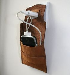 i phone dock station hammock van ConstructionSite op Etsy Leather Art, Leather Pouch, Leather Design, Leather Gifts, Art Du Cuir, Conception En Cuir, Pochette Portable, Crea Cuir, Unique Gifts For Men
