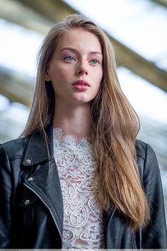 """clichey: """" Lauren de Graaf by Jean Baptiste Soulliat Koché - Paris Fashion Week PAP """" Just Beauty, Beauty Women, Hair Beauty, Beautiful Long Hair, Beautiful People, Fashion Week, Fashion Models, Paris Fashion, Dark Blonde"""