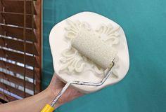 ローラースポンジで、少量の水で溶いた水性アクリル絵具(Ceramcoat - Eggshell white 02539)を版面に塗りつけます。  刷毛よりローラースポンジの方が、均一できれいに塗れます♪ また、本番前に一度、紙や段ボールなどを使ってスタンプの練習をすると、安心して本番に臨めます! Ice Cream, Desserts, Food, No Churn Ice Cream, Tailgate Desserts, Deserts, Icecream Craft, Essen, Postres