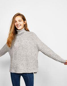 Prążkowany sweter z golfem.  Odkryj to i wiele innych ubrań w Bershka w cotygodniowych nowościach
