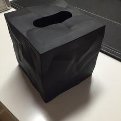 Nyhed !  Wipy cube servietholder —  Den krøllede overflade på Wipy, kommunikerer fint hvad den indeholder.  Wipy er et trendy hylster for kube-formede kleenex bokse.