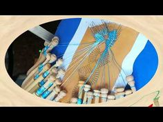 El punto donde se unen las dos cintas o partes que forman este modelo de flor de encaje de bolillos, forma un cuadrado. Se puede hacer un simple cruce pero p... Hand Fan, Youtube, Templates, Lace, Flower, Bobbin Lacemaking, Chopsticks, Hand Fans, Bias Tape