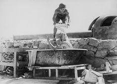 Артиллеристы Великобритании моются в тени орудия береговой батареи. Северная Африка.