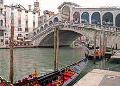 Venise - Le pont du Rialto est l'un des quatre ponts qui traversent le Grand Canal de Venise, avec le pont de l'Académie, le pont des Déchaussés, et le tout nouveau pont de la Constitution.