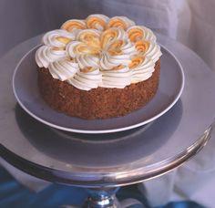 Saftiger Karottenkuchen mit weißer Schokoladencreme, kandirtem Ingwer und gerösteten Walnüssen