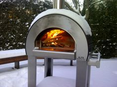 It is the wood-fired pizza oven with the highest sales record. The dimensions are compact. Have your meal cooked in just 5 minutes! Outdoor Wood Burning Fireplace, Outdoor Fireplace Designs, Contemporary Fireplace Designs, Pizza Oven Outdoor, Outdoor Cooking, Outdoor Kitchens, Alfa Alfa, Four A Pizza, Outdoor Stone