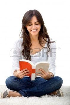 Mujer sentada en el suelo, leyendo un libro aislado Foto de archivo - 5879640