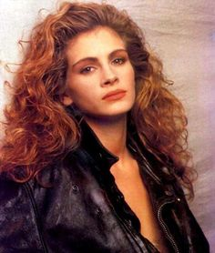 Julia Robert's hair has become an iconic style - big, voluminous curls Julia Roberts Hair, Julia Roberts Mystic Pizza, 1980s Hair, 90s Hairstyles, Actrices Hollywood, Pretty Woman, Hair Goals, Curly Hair Styles, 80s Curly Hair