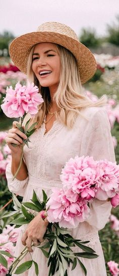 Peonies for days – barefoot blonde by Amber Fillerup Clark # amber # barefoot … – girl photoshoot Flowers Nature, Beautiful Flowers, Amber Fillerup Clark, Barefoot Blonde, Girls With Flowers, How To Pose, Flower Farm, Everything Pink, Ruby Rose