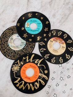 Hannahmnorton Painted Decorated These Vinyl Records For My Dorm Aesthetic Painting, Aesthetic Room Decor, Aesthetic Art, Vinyl Platten, Record Wall Art, Cd Art, Retro Room, Ideias Diy, Photo Wall Collage