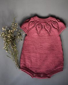 Diy Crafts - Baby overall Knitting For Kids, Baby Knitting Patterns, Baby Patterns, Knit Baby Dress, Knitted Baby Clothes, Baby Overall, Romper Pattern, Baby Sweaters, Kind Mode