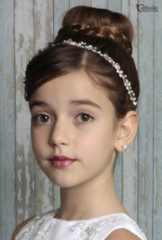 First Communion Vine Hair Wrap - Clear - Coiffure 03 Low Bun Hairstyles, Flower Girl Hairstyles, Little Girl Hairstyles, Wedding Hairstyles, Girls First Communion Dresses, First Communion Hair, Communion Hairstyles, Girl Hair Dos, Première Communion