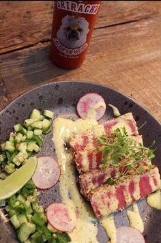 Idéale pour les amateurs de tataki de thon qui veulent faire changement des sushis et des poke bowls Olives, Tuna Tataki, Vinaigrette, Salsa, Fish, Dressing, Cucumber, Spice