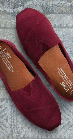Add a punch of color to your outfit with these burgundy slip-on classic canvas shoes by Toms. The slim fitting shoe has a rich red mahogany or burgundy canvas upper with a cream colored sole to help balance the color you add to your daily look. These Toms Women's Shoes, Mode Shoes, Me Too Shoes, Shoe Boots, Dress Shoes, Shoes Sneakers, Toms Shoes Outlet, Fashion Boots, Fashion Outfits