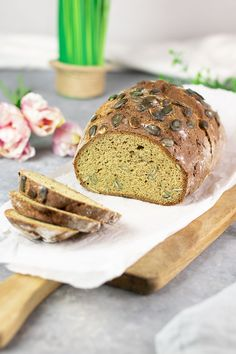 Dieses deftige Low Carb Brot aus Kürbiskernen ist lecker, einfach zu backen und eignet sich für jeden Tag. Low Carb Recipes, Bread Recipes, New Cake, German Beer, Shrimp Salad, Lchf, Avocado, Food And Drink, Yummy Food