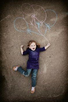 Het is altijd leuk om een originele foto te maken van de kinderen met een krijttekening op de speelplaats, zoals dit voorbeeld!