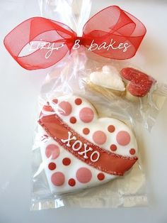 Sweet dotted heart iced Valentine's day sugar cookie / biscuit. Decorating with royal icing. Galletas decoradas. / Lizy B Bakes