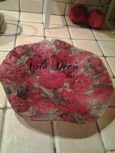 Piatto in vetro bordo ondulato decorato con rose rosse. By Vale Decò