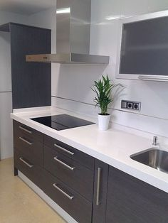 Cozinha branca e cinza Kitchen Room Design, Modern Kitchen Design, Interior Design Kitchen, Kitchen Decor, Modern Kitchen Cabinets, New Kitchen, Grey Kitchens, Home Kitchens, Küchen Design