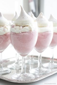Mousse Recipe - This divine dessert would look lovely served in teacups or champagne flutes at your next tea party.Strawberry Mousse Recipe - This divine dessert would look lovely served in teacups or champagne flutes at your next tea party. Just Desserts, Delicious Desserts, Dessert Recipes, Yummy Food, Meringue Desserts, Dessert Cups, French Desserts, Picnic Recipes, Treats