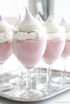 Ideias fofas e criativas para chá de bebê | Macetes de Mãe Mousse de morango chantily e merenge, servido em tacinhas.