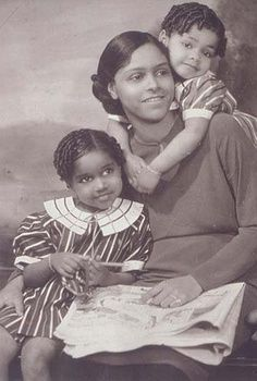 James van der Zee portrait - he often posed moms and children in affectionate groupings like this one.