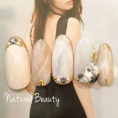 大人的指甲,日本雜誌針對這樣的指甲專題出了一本專屬的雜誌,大人的凝膠指甲風格走的是沉穩、低調的奢華,用色相較簡單得多,優雅是大人們的另一種昇華。