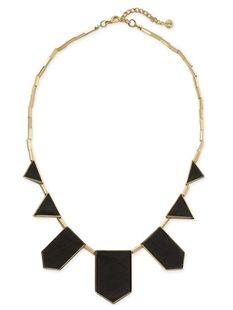 Este collar de oro con pendientes negros es de House of Harlow, la línea de joyas de Nicole Richie. Creo que el collar vería muy bien con camisas simples. Es caro - cuesta setenta y cinco dólares.