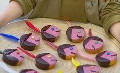 Roze indianenkoek. http://www.oudersvannu.nl/schoolkind/4-jaar/vakantie-vrije-tijd/traktaties-vakantie-vrije-tijd/leuke-traktatie-roze-indianenkoek/