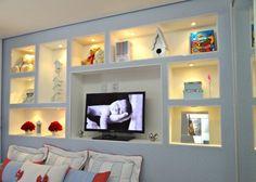 5 dicas para parede de gesso decorada: saiba como decidir! Living Room Tv, Ceiling Design, Bookcase, House, Shelves, Interior Design, Bed, Furniture, Home Decor