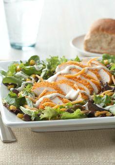 Crujiente ensalada de pollo a la Mexicali-El pollo junto con el elote (maíz) y los frijoles negros sobre las hojas verdes para ensalada, crean una ensalada extraordinaria.