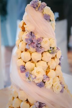 Sometimes going against the traditional cake can make a beautiful statement.