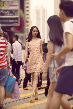 Campanha Coleção Hong Kong Primavera/Verão 2016 SS16 China. Vestido de festa curto tomara-que-caia nude floral