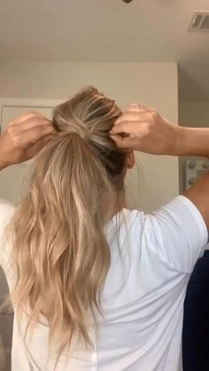 A simple ponytail hairstyle can be designed in a couple of minutes and that is why it so popular among women with long hair. You need to do just a few steps: pull. Work Hairstyles, Easy Hairstyles For Long Hair, Long Blonde Hairstyles, Everyday Hairstyles, Hairstyles Videos, Simple Hairstyle Video, How To Ponytail Hairstyles, Hairstyle For Women, Long Hair Easy Updo