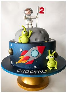 The Little Astronaut & his out-of-this-world friends - cake by Homebaker 3rd Birthday Cakes, 1st Boy Birthday, Rocket Birthday Parties, Alien Cake, Planet Cake, Superman Cakes, Fondant Cake Designs, Dessert Oreo, Galaxy Cake