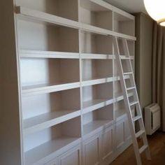 Βιβλιοθήκη σε λευκή λάκα με σκάλα