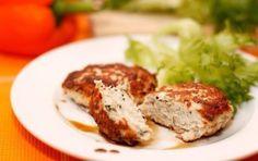 Рецепт сочных и вкусных куриных котлет  Ингредиенты: - 600 г куриного фарша - 1 репчатый лук - 1 яйцо - 40 г твердого сыра - пучок петрушки - 50 г растительного масла - соль, перец по вкусу  Приготовление:  Луковицу очистить и хорошенько измельчить (лучше всего при помощи блендера или потереть на терке) и добавьте к фаршу вместе с яйцом.  Зелень мелко нарежьте, сыр натрите на терке. Фарш посолите, поперчите (где-то 1/2 чайной ложки соли и 1/2 чайной ложки перца), добавьте измельченную зелень…