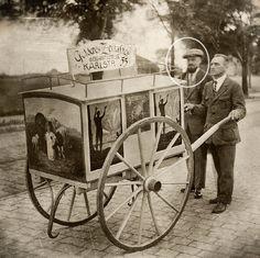 Hans Hölterhoff utiliza un carro para anunciar la revista The Golden Age (ahora ¡Despertad!)