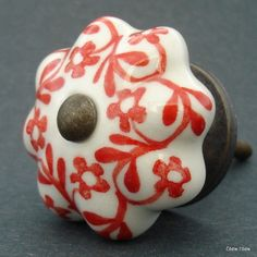 Nábytková úchytka bílá s červenýmy kvítky 4,2 cm - knopka