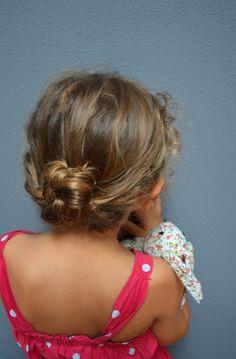 #messy #bun for little #girl. #chignon disordinato per mamme e bambine. Tutorial su #zigzagmom. http://zigzagmom.com/
