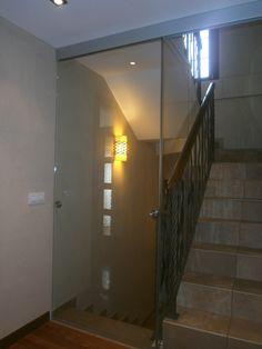 Puerta corredera de cristal para cerrar escalera, con una puerta podemos cerrar la escalera que baja ó la escalera que sube. Stairs Handle, Aluminium Windows And Doors, Balcony Doors, Room Door Design, Fabric Canopy, House Stairs, Attic Spaces, Room Doors, Sliding Doors
