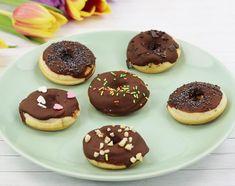 In diesem Beitrag verrate ich dir mein liebstes Rezept für leckere Donuts. Außerdem zeige ich dir, wie du Donuts mit einem Donut Maker machen kannst. Poffertjes, Cake Pops, Doughnut, Cheesecake, Cookies, Desserts, Marker, Churros, Food