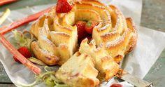 Maffigt god sockerkaka med rabarber- och jordgubbsfyllning.