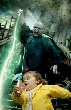 This photo of Voldemort trying to catch his nose. - This photo of Voldemort trying to catch his nose. Harry Potter Voldemort, Harry Potter Tumblr, Memes Do Harry Potter, Harry Potter Pictures, Harry Potter Cast, Harry Potter Fandom, Voldemort Nose, Lord Voldemort, Harry Potter Anime