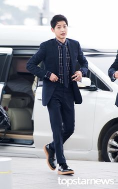 On April Song Joong Ki arrived at Incheon Airport, stylish in Dior Homme. The clothes are fitting since he was bound for Hong Kong to attend Dior Homme's Winter live show… Korean Male Actors, Handsome Korean Actors, Handsome Boys, Park Hae Jin, Park Seo Joon, Song Joong, Song Hye Kyo, Soon Joong Ki, Korea Street Style