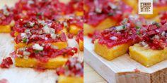 Tartine pe felie de mămăligă prăjită, cu jeleu de pepene roșu și salsa fresca. Ușoare, ca pentru o seară fierbinte de iulie, un omagiu modern adus bucătăriei de vară țărănești, folosind aceleași ingredinte, dar combinându-le într-un mod original. Mixul de texturi și arome este exact cum trebuie: moale și crocant, dulce și sărat, răcoritor și ușor picant.
