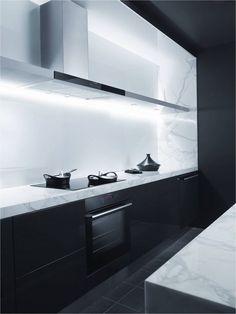Frente de muebles en negro, encimera y trasera en blanco.