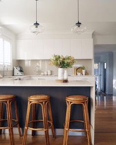 Kitchen with peninsula with waterfall countertop and continuous backsplash Diy Kitchen Decor, Kitchen Furniture, Kitchen Interior, Kitchen Dining, Kitchen Ideas, Kitchen Small, Kitchen Peninsula, Mid Century Modern Kitchen, Apartment Interior